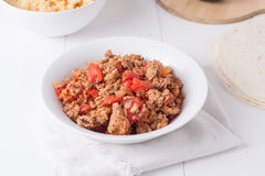Carne macinata fritta con i pomodori pronti per i taci Immagini Stock