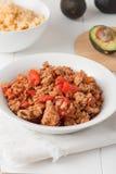 Carne macinata fritta con i pomodori pronti per i taci Immagine Stock