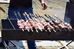 Carne masculina de la fritada en la parrilla Imagen de archivo
