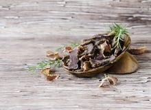 Carne movida de un tirón, vaca, ciervos, bestia salvaje o cecina en cuencos de madera en una tabla rústica Fotografía de archivo libre de regalías
