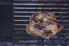 Carne na grade com chamas Fotos de Stock
