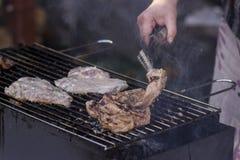 Carne na grade com chamas Foto de Stock Royalty Free