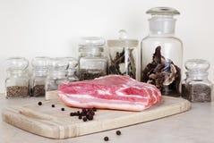 Carne na tabela na cozinha Imagens de Stock
