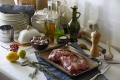 Carne para cozer na mesa de cozinha fotografia de stock