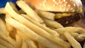 Carne Patty Burger com queijo e as batatas fritadas filme