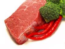 Carne, peperoncino rosso e broccolo fotografie stock libere da diritti