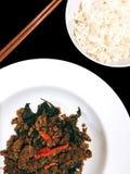 Carne picada sofrita con albahaca tailandesa fotografía de archivo