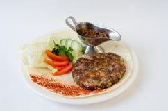 Carne picadita con la salsa en la placa Fotos de archivo libres de regalías