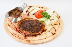 Carne picadita con la salsa en la placa Fotografía de archivo