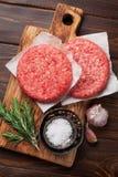 Carne picadita cruda de la carne de vaca para las hamburguesas hechas caseras foto de archivo