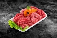 Carne picadita de la carne de vaca cruda fresca adornada con las verduras y la trayectoria de recortes Fotos de archivo