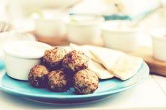 Carne picadita frita con la salsa y las tortillas, almuerzo griego tradicional en una placa azul en un restaurante fotos de archivo libres de regalías