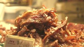 Carne picante en café asiático de los alimentos de preparación rápida Comida y bocado en café de la calle en la ciudad de Kong de almacen de video