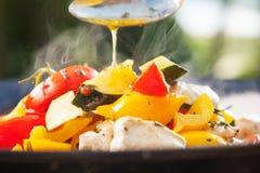 Carne, pimenta doce e tomates em uma bandeja quente que cozinha fora no sol Foto de Stock Royalty Free