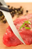 Carne, pimenta e faca Imagens de Stock
