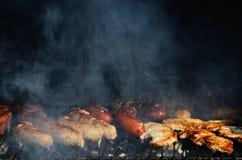 Carne que fuma en la parrilla Fotos de archivo