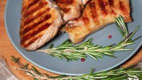 Carne quente As partes de carne de porco grelhada gerenciem em uma placa video estoque