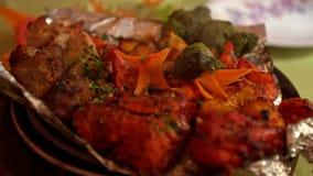 Carne quente do close up com vapor na bandeja na tabela vídeos de arquivo