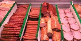 carne rebanada en tienda de delicatessen al revés Foto de archivo libre de regalías