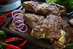 Carne Roasted com cebolas, alho, especiarias, as ervas frescas, pimenta vermelha e sal Fotografia de Stock Royalty Free