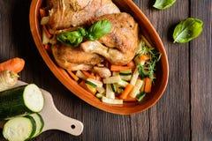 A carne Roasted da galinha com vegetal decora Imagem de Stock Royalty Free