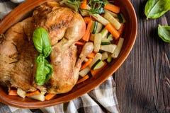 A carne Roasted da galinha com vegetal decora Fotografia de Stock