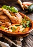 A carne Roasted da galinha com vegetal decora Imagem de Stock