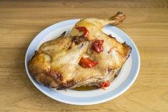 Carne Roasted da galinha na placa na tabela Fotografia de Stock Royalty Free