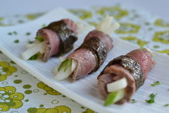 A carne rola com salada do pepino e do rabanete Fotos de Stock