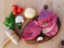 Carne rossa affettata sul bordo di legno Immagine Stock