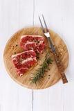 Carne rossa e rosmarini sopra fondo bianco fotografia stock