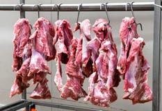 Carne rossa fresca che appende sui ganci del metallo Fotografie Stock Libere da Diritti