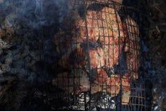 Carne saboroso na grade com fumo na floresta Imagens de Stock Royalty Free