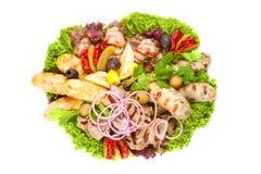 Carne, salchichas y verduras asadas a la parrilla Imágenes de archivo libres de regalías