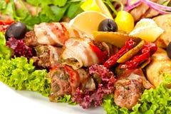 Carne, salchichas y verduras asadas a la parrilla Foto de archivo
