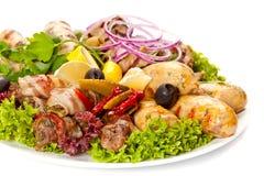 Carne, salsichas e vegetais grelhados Fotografia de Stock Royalty Free
