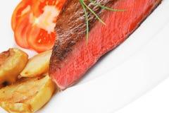 Carne saporita: filetto di bue arrostito del manzo sul piatto bianco con il pota immagini stock libere da diritti