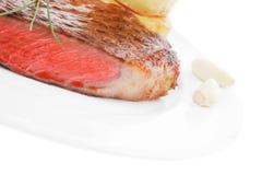 Carne saporita: raccordo arrostito del manzo con il pomodoro fotografia stock