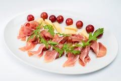 Carne secada fino cortada, pedazos de queso y bayas rojas Fotografía de archivo libre de regalías
