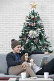 A carne sem gordura nova dos pares de Cacausian relaxa no olhar do sofá em algo fotos de stock royalty free
