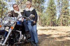 Carne sem gordura superior dos pares na motocicleta na floresta imagens de stock