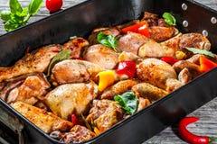 carne Semi-fritada da galinha com partes coloridas de pimentas Foto de Stock