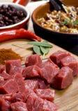 Carne Shredded na placa de corte imagens de stock royalty free