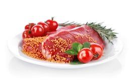 Carne sin procesar con la especia en la placa fotos de archivo libres de regalías