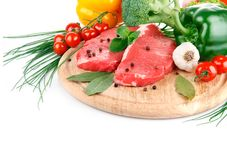 Carne sin procesar con las verduras frescas Foto de archivo libre de regalías