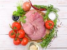 Carne sin procesar con los ingredientes Fotos de archivo libres de regalías