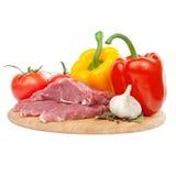 Carne sin procesar con pimientas, los tomates e ingredi del ajo Fotos de archivo libres de regalías