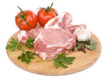 Carne sin procesar de la carne de vaca en la tarjeta de corte Imagenes de archivo
