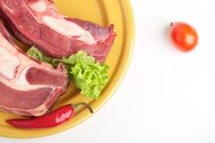 Carne sin procesar en una placa para cocinar en la parrilla Imagen de archivo libre de regalías