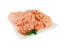 Carne sin procesar Pollo picadito fresco en un plato aislado contra el fondo blanco Imagen de archivo